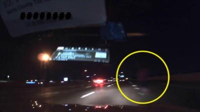Quand un automobiliste croise un piéton qui marche sur l'autoroute