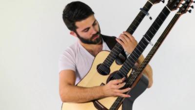 Luca Stricagnoli reprend Feel Good Inc. de Gorillaz avec une guitare à trois manche