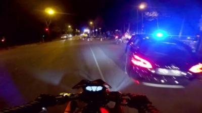 Un motard français prend en chasse un automobiliste qui fait un délit de fuite après avoir renversé un scooter