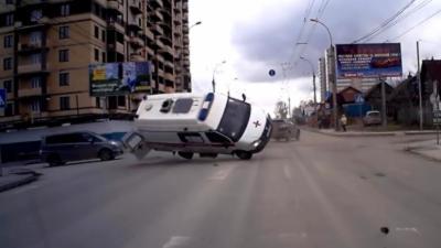 Une voiture percute violemment une ambulance à un carrefour