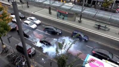 Pendant un mariage ils bloquent la circulation et tirent des coups de feu en l'air