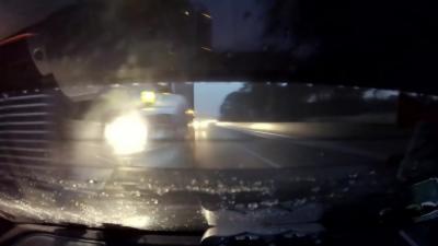Un camion percute une voiture qui se trouve dans son angle mort sur une autoroute