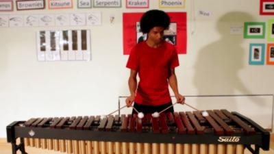 Jouer la musique de Super Mario Bros. sur un Marimba avec 4 baguettes