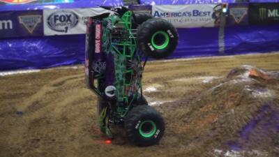 Un pilote de monster truck établit un nouveau record en tenant en équilibre sur les 2 roues avant