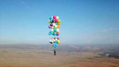 Il monte à plus de 2 400 mètres accroché à des ballons comme dans « Là-Haut »