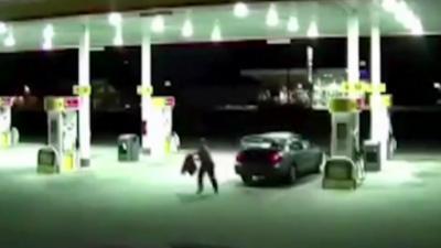 Une femme s'échappe du coffre de la voiture de son kidnappeur lorsqu'il s'arrête à une station essence