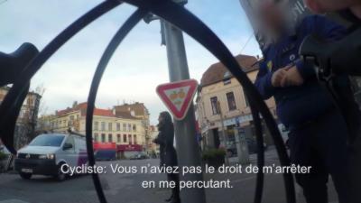 Un policier arrête un cycliste sans ménagement alors qu'il est dans ses droits