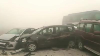 Des automobilistes roulent trop vite dans un épais brouillard et se rentrent tous dedans