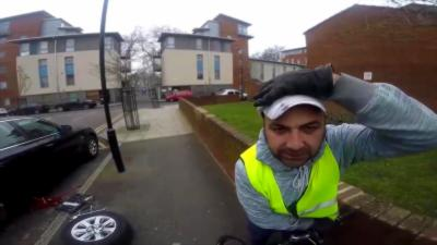 Un cycliste percute un homme qui devient complètement fou