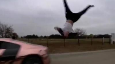 En voulant sauter par dessus une Audi R8 il se fait percuter