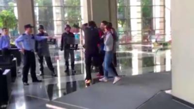 Un homme libère une femme prise en otage grâce à une prise de judo