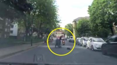 Un passant charge deux voleurs en scooter pour essayer de les arrêter
