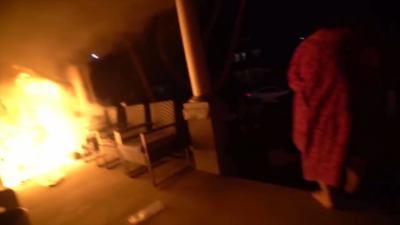 Il se réveille brusquement et découvre qu'un pyromane a mis le feu à sa maison