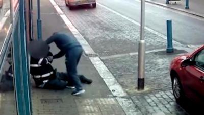 Un homme agresse violemment un agent de police qui lui met une contravention de stationnement