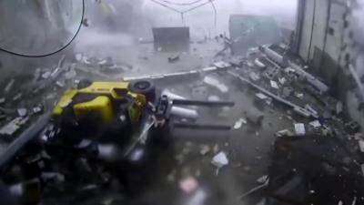 Une tornade détruit complètement un entrepôt avec des ouvriers à l'intérieur