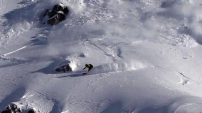 Un snowboarder déclenche une grosse avalanche pendant son ride dans les Pyrénées