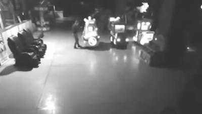 Un papa se cache avec son enfant dans un parc de loisirs pour jouer pendant la nuit