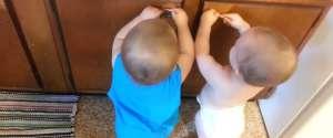 Deux bébés qui s'amusent avec des choses simples de la vie