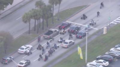Un policier en grosse galère pour essayer d'arrêter un énorme convoi de jeunes en moto et quad