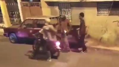 Deux voleurs à moto finissent en victime lors d'un braquage à main armée