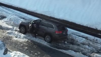 Un homme pète un câble parce qu'il galère à sortir sa voiture à cause de la neige