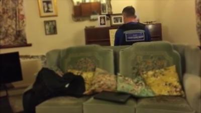 Un policier joue du Chopin au piano pour remonter le moral d'une victime d'un cambriolage