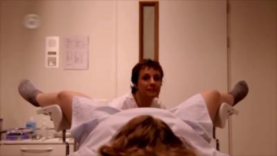 Une femme voit passer beaucoup de spécialistes lors d'un examen gynécologique