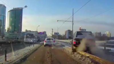 Un idiot pense éviter les bouchons en passant par la voie de tram mais se prend un double karma