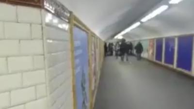 Une Parisienne pense éviter les contrôleurs en faisant demi-tour dans les couloirs du métro