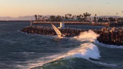 Un voilier se fait malmener et percute violemment la jetée rocheuse