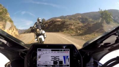 Un motard prend son virage tellement large qu'il envoie un homme à moto dans le décor