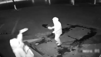 Deux cambrioleurs tentent d'entrer par effraction dans un magasin mais l'un des deux finit KO