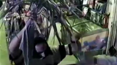 Un voleur tente de braquer un magasin avec une... branche de palmier