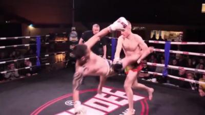 Un combattant de Muay-thaï envoie un high kick magique alors qu'il tombe au sol