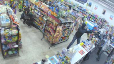 Deux jeunes voleurs neutralisent un braqueur à main armée dans un magasin