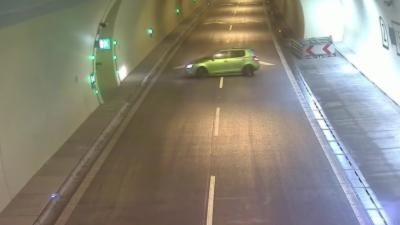 Une voiture fait demi-tour dans un tunnel et se retrouve à rouler à contresens