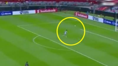Un gardien de foot réussit l'impossible après s'être fait lober