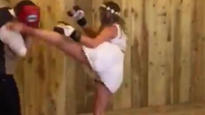 La première danse des mariés se transforme en combat de kickboxing