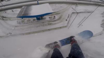 Un snowboarder évite une chute mortelle et se retrouve les pieds dans le vide