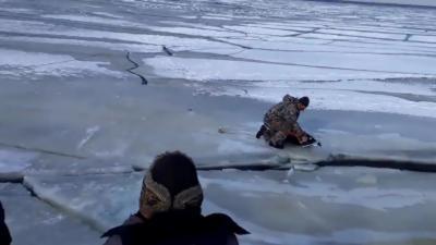 Des pêcheurs sur glace se font surprendre par une vague qui casse la glace