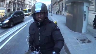 Deux jeunes à vélo empêchent un homme en scooter de rouler sur une piste cyclable
