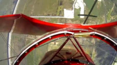 Le moteur d'un avion de voltige se coupe en plein vol