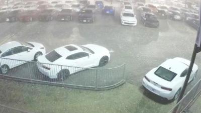 Quand une tempête de grêle s'abat sur un parc de voitures neuves