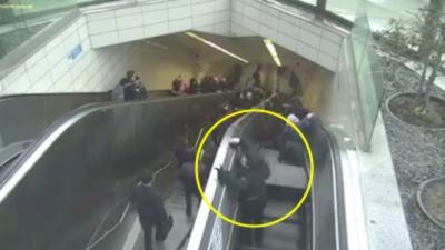 Un homme se fait avaler par un escalator