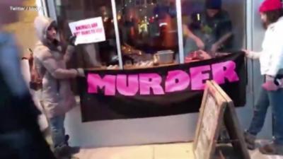 Des militants vegans manifestent devant un restaurant et le Chef vient couper de la viande sous leurs yeux