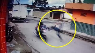 Un livreur se défend comme un ninja contre deux hommes armés qui veulent le braquer