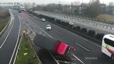 Une voiture rate sa sortie, fait demi-tour et provoque un double accident sur une autoroute