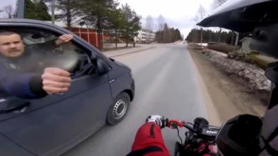 Un motard arrive à chasser la police après avoir reçu du gaz lacrymogène
