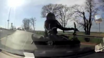Un motard s'encastre contre une voiture après lui avoir coupé la route