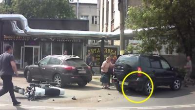 Un motard s'explose contre une voiture et se retrouve bloqué dessous